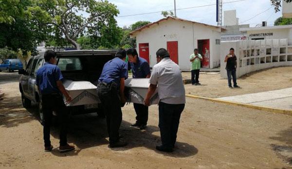 Sepultan restos de familia asesinada en Coatza