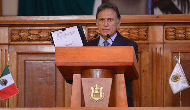 Gobernador veta reforma que autorizaba peleas de gallos y vaquilladas